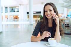 Kobiety pić kawowy i dzwonić z telefonem komórkowym fotografia royalty free
