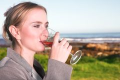 kobiety pić wina. obraz royalty free
