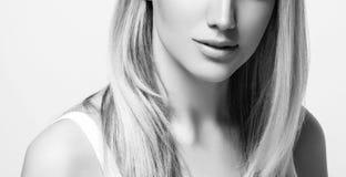 Kobiety piękna portret Odizolowywający na bielu zamknięty twarzy zamknięta kobieta czarny white Zdjęcie Royalty Free