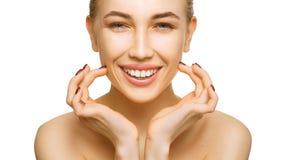 Kobiety piękna twarzy portret odizolowywający na białym tle z zdrowymi skóry i bielu zębami ono uśmiecha się zdjęcia royalty free