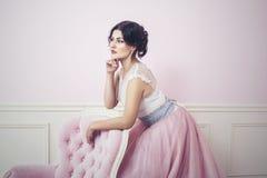 Kobiety piękny, szczęśliwy różowy wnętrze i tęsk suknia obraz royalty free