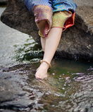 Kobiety piękna nogi w wodzie Obrazy Stock