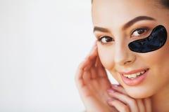 Kobiety pi?kna twarz z mask? pod oczami Piękna kobieta Z Naturalnym Makeup I Czarne kolagen łaty Na Świeży Twarzowym zdjęcia stock