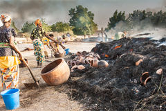 Kobiety piec glinianych garnki w duży ogieniu. Obraz Royalty Free