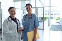 Kobiety pielęgniarka i zdjęcia royalty free