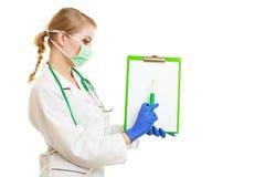 Kobiety pielęgniarka z strzykawką odizolowywającą lub lekarka obraz stock