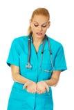 Kobiety pielęgniarki lub lekarki mienie coś na otwartych palmach obrazy stock