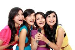 Kobiety śpiewacki karaoke wpólnie Obraz Stock