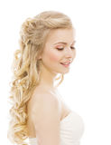 Kobiety piękna Makeup Długie Włosy, młoda dziewczyna z Blond Kędzierzawymi Hairs Zdjęcie Royalty Free
