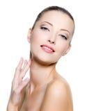 Kobiety piękny macanie jej szyja Zdjęcie Stock