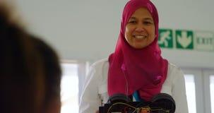 Kobiety pilotowy szkolenie o elektrycznym samochodzie dzieciaki 4k zbiory wideo