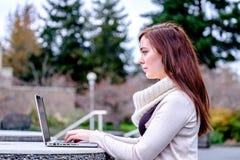 Kobiety pisać na maszynie na komputerze przy uniwersytetem Obrazy Stock