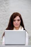 Kobiety pisać na maszynie na komputerze przy uniwersytetem Zdjęcia Royalty Free