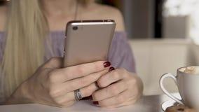 Kobiety pisać na maszynie wiadomość na smartphone zdjęcie wideo