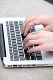 Kobiety pisać na maszynie na komputerze przy uniwersytetem Obraz Stock