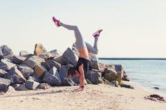 kobiety plażowy ćwiczyć joga Obraz Royalty Free