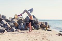 kobiety plażowy ćwiczyć joga Zdjęcie Royalty Free