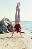 kobiety plażowy ćwiczyć joga Fotografia Stock