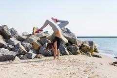 kobiety plażowy ćwiczyć joga Obrazy Royalty Free