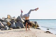 kobiety plażowy ćwiczyć joga Zdjęcia Stock