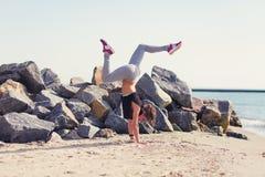 kobiety plażowy ćwiczyć joga Obraz Stock