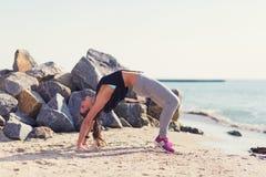 kobiety plażowy ćwiczyć joga Zdjęcie Stock