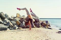 kobiety plażowy ćwiczyć joga Fotografia Royalty Free