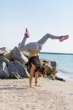 kobiety plażowy ćwiczyć joga Zdjęcia Royalty Free