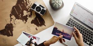 Kobiety planowania rozkładu wycieczki wakacje pojęcie obrazy royalty free