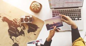 Kobiety planowania rozkładu wycieczki wakacje pojęcie obraz royalty free