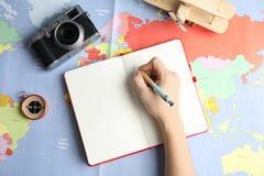 Kobiety planowania wakacje na światowej mapie, odgórny widok z przestrzenią dla teksta zdjęcie stock