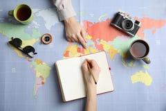 Kobiety planuje wakacje na światowej mapie, odgórny widok fotografia royalty free