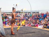 Kobiety pożarniczy juggler przy Purim świętowaniami w Tel Aviv Obrazy Royalty Free