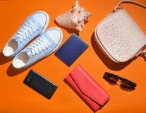 Kobiety podróży modni akcesoria i technologia gadżety Zdjęcia Stock
