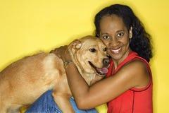 kobiety pogłaskać psa Zdjęcia Stock