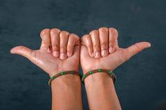 Kobiety pokazuje kciuk w górę zakończenia w górę zdjęcie royalty free