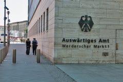 Kobiety policja patroluje ministerstwa Cudzoziemska sprawa w Berlin, Niemcy zdjęcia stock