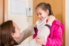 Kobiety pomaga dziewczyna ubierać up Obraz Royalty Free
