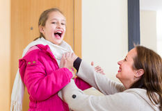 Kobiety pomaga dziewczyna ubierać up Fotografia Stock