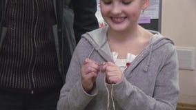 Kobiety pomaga mała dziewczynka z kwiatem na kierowniczym dzianiu szydełkowym festiwale tworzenie _ zbiory wideo