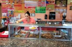 Kobiety porci jedzenie przy Kubańskim gościem restauracji w Clearwater, Floryda obrazy royalty free