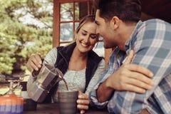Kobiety porci kawa jej chłopak w ranku obrazy stock