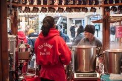 Kobiety porcja rozmyślający wino przy boże narodzenie rynkiem Obraz Royalty Free