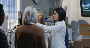 Kobiety porcji klienci przy obsługa klienta kontuarem zbiory wideo