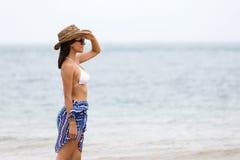 Kobiety pozyci plaża zdjęcie royalty free