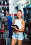 Kobiety pozycja i pisać puszków dane przy samochód usługa Obraz Stock