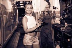 Kobiety pozycja i pisać puszków dane przy samochód usługa Obraz Royalty Free