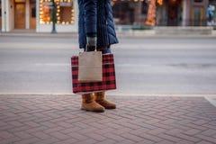 Kobiety pozycja na chodniczka mieniu zdojest Bożenarodzeniowego zakupy Fotografia Stock