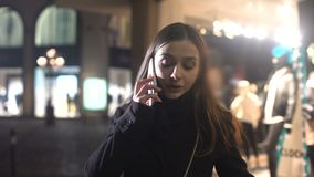 Kobiety pozycja na miasto ulicie opowiada telefon i flirtuje, czekać na ukochanego zbiory