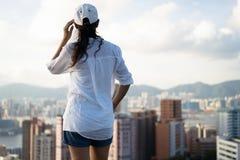 Kobiety pozycja na moutain nad patrzeć miasto zdjęcia royalty free